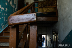 Последствия пожара на улице Омская, 91. Екатеринбург, старый дом, барак, подъезд, деревянные перила