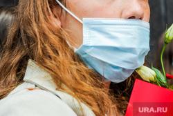 Алексей Текслер встретился с ватерпольной командой «Динамо-Уралочка». Челябинск, девушка, цветы, маска защитная