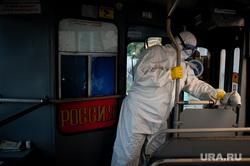 Дезинфекция общественного транспорта в Екатеринбурге во время пандемии коронавируса COVID-19, транспорт, троллейбус, защитный костюм, эпидемия, дезинфекция, екатеринбург , санитарная обработка, covid-19, коронавирус, covid, пандемия коронавируса, медицинский костюм