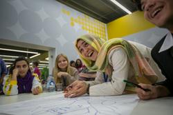Международный Форум Добровольцев в Москве на ВДНХ. Москва, обсуждение, смех, мусульманка, иностранные студенты, девушка в платке, мозговой штурм