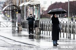 Екатеринбург во время пандемии коронавируса COVID-19, зонт, зонтик, трамвайная остановка, город, защитная маска, ожидание транспорта, дождливая погода, улица, дождь, общественное место, маска на лицо