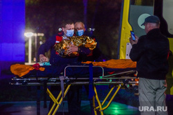 Прибытие борта вертолета с истощенной девочкой из Карпинска. Екатеринбург, каталка, носилки, скорая помощь, медики, фельдшеры, медицинская авиация