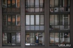 Повседневная жизнь горожан во время режима самоизоляции. Екатеринбург, балкон, окна, недвижимость, окна дома, жилой комплекс, самоизоляция, коронавирус, жилой комплекс светлый