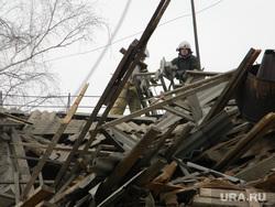 взрыв в Перми, крыша, доски, разрушенный дом, пожарные