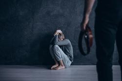 Клипарт depositphotos.com, педофилия, педофил, детское насилие, ремень в руке, бить ребенка, наказывать ребенка