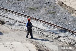 Строительство моста ЖБИ по проспекту Машиностроителей. Курган, рабочий в каске, железная дорога