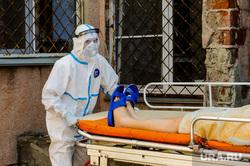 Инфекционная больница, куда доставляют больных коронавирусной инфекцией. Челябинск, больной, заражение, спецодежда, эпидемия, медицина, врачи, инфекция, защитная одежда, врач, медики, пациент, пандемия коронавируса, инфекционная больница, противочумной костюм