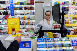 Депутат челябинской городской Александр Галкин проверяет наличие медицинских масок в аптеках. Челябинск, минздрав, аптека, фармацевт, медикаменты, здоровье, медицина