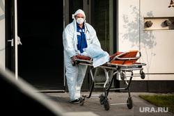 Скорая помощь в 40 ГКБ в Коммунарке. Москва, каталка, приемный покой, медики, врачи, скорая помощь, санитары, врач, больница, фельдшер, доктор, коронавирус, covid, ковид, противочумной костюм, лежачий больной, SARS-CoV-2