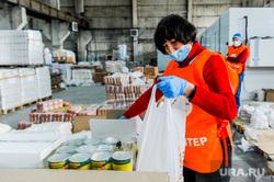 Волонтеры собирают продовольственные пакеты пенсионерам. Челябинск , волонтеры, продовольствие, продуктовые наборы