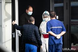 Приемный покой в 40 ГКБ в Коммунарке. Москва, приемный покой, медики, врачи, скорая помощь, санитары, врач, больница, фельдшер, доктор, коронавирус, противочумной костюм, консилиум, SARS-CoV-2