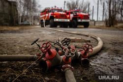 Пожар в расселенном доме, в поселке Солнечный. Сургут, пожарные машины, пожарные рукава, разветвление рукавное
