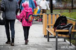 Торжественное открытие после реконструкции сквера на проспекте Орджоникидзе. Екатеринбург, мама с ребенком, школьник, школьницы, после школы, рюкзак, школа, школьный рюкзак
