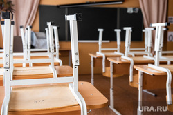 Монтаж камер, которые будут обеспечивать видеотрансляцию в ходе сдачи ЕГЭ. Екатеринбург, учебный класс, гимназия, учеба, стулья, школьный класс, карантин, каникулы, школа, школьная парта, covid-19, covid19