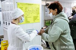 Очередь в поликлинике №5. Тюмень, люди в масках, измерение температуры, врач в маске