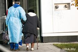 Приемный покой в 40 ГКБ в Коммунарке. Москва, пенсионерка, больной, старушка, защитный костюм, приемный покой, медики, врачи, бабушка, скорая помощь, санитары, врач, больница, фельдшер, доктор