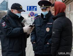 Двадцать второй день вынужденных выходных из-за ситуации с CoVID-19. Екатеринбург, патруль, полиция, патрулирование, рейд по проверке документов, проверка документов, полицейский в маске