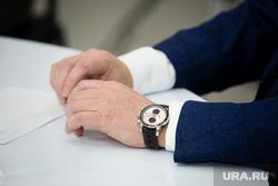 Пресс-конференция главы Нижневартовска Тихонова Василия, руки чиновника, часы на руке