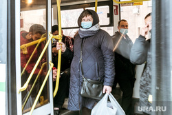 Масочный режим во вторую волну коронавируса. Тюмень, общественный транспорт, салон автобуса, люди в масках, пассажиры, пассажиры автобуса