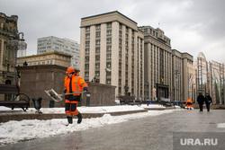 Виды на здание Государственной думы. Москва, госдума, государственная дума, рабочие, муниципальные рабочие, манежная площадь, охотный ряд, уборка снега, муниципальные служащие