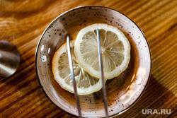 Максим Ягольник, приготовление коктейлей в ресторане Молодость. Тюмень., лимон