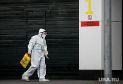 Доставка пациентов скорой помощью в ГКБ №40 «Коммунарка» во время пандемии SARS-CoV-2. Москва, защитный костюм, врачи, скорая помощь, фельдшер, медики, covid19, коронавирус, ковид, противочумной костюм, карантинный центр
