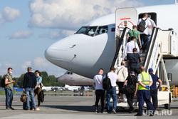 Авиапленэр в аэропорту Кольцово. Екатеринбург, аэропорт, посадка пассажиров, гражданская авиация, пассажирские перевозки, посадка в самолет, трап самолета