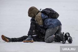 Улицы города. Курган, снег, драка, подростки, дети, школьники, уличная драка