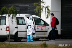Доставка пациентов скорой помощью в ГКБ №40 «Коммунарка» во время пандемии SARS-CoV-2. Москва, защитный костюм, врачи, скорая помощь, фельдшер, медики, коронавирус, ковид, противочумной костюм, карантинный центр