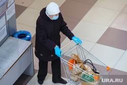 Соблюдение масочного режима в местах скопления людей. Курган, корзина с продуктами, женщина в маске, женщина, покупатель, масочный режим, тележка продуктовая, соблюдение правил гигиены, пенсионерка в маске