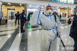 Дезинфекция и проверка масочного режима на железнодорожном вокзале. Челябинск, защитный костюм, дезинфекция, санитарная обработка, жд вокзал челябинск, коронавирус, сиз, covid, ковид
