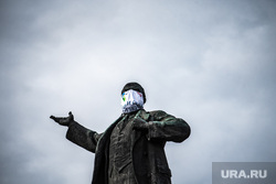 Памятники Екатеринбурга в медицинских масках. Екатеринбург, памятник ленину, маска, медицинская маска