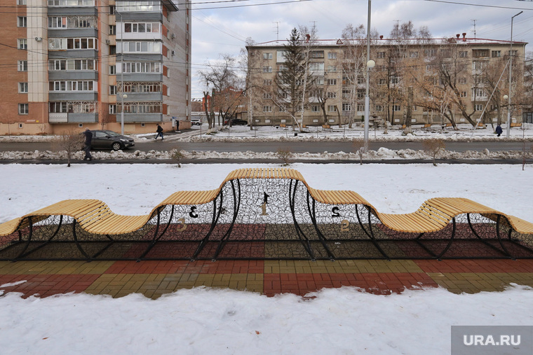 Скамейка в сквере по улице Карла Маркса.  Курган