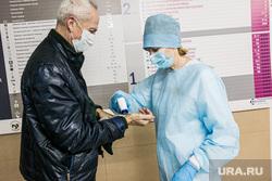 Поликлиника 14. Тюмень, медсестра, люди в масках, врач, замер температуры, доктор, измерение температуры