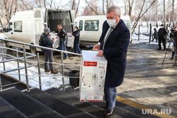 Сенатор Сергей Муратов вручает медикам второй горбольницы кислородные концентраты. Курган, колосовников федор
