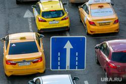 Пробки в городе. Москва, машины, дорожный знак, такси, пробки, автомобильное движение, трафик, яндекс такси, автомобили, автотранспорт, только прямо, ситимобил