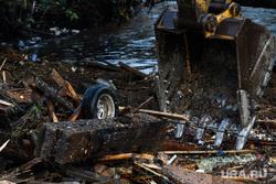 Последствия паводка в Нижних Сергах. Свердловская область, мусор, разбор завалов, ковш экскаватора