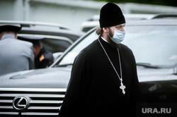 Парад Победы в Екатеринбурге, поп, медицинская маска, защитная маска, православные священники, маска на лицо, батюшка, коронавирус, пандемия коронавируса