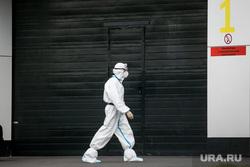 Доставка пациентов скорой помощью в ГКБ №40 «Коммунарка» во время пандемии SARS-CoV-2. Москва, защитный костюм, врачи, фельдшер, медики, covid-19, коронавирус, ковид, противочумной костюм, карантинный центр