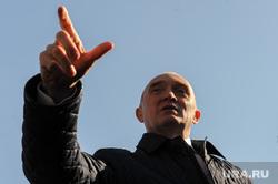 Поездка Бориса Дубровского в сквер Плодушка. Челябинск, портрет, жест рукой, указывает пальцем, дубровский борис