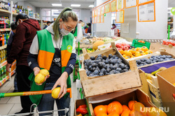 Соблюдение масочного режима. Челябинск, фрукты, магазин, маска медицинская
