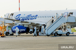 В аэропорту Челябинска приземлился «Суперджет» с вахтовиками Чаяндинского месторождения Якутии. Челябинск, эвакуация, эпидемия, вахтовики, эпидемия осталась, трап самолета, прибывшие пассажиры