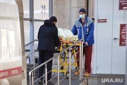 Приёмный покой в красной зоне городской больницы. Курган, пациент, носилки, защитный костюм, перевозка больных, фельдшер на вызове, скорая помощь, фельдшер, зона карантина, красная зона, городская больница 2