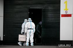 Доставка пациентов скорой помощью в ГКБ №40 «Коммунарка» во время пандемии SARS-CoV-2. Москва, защитный костюм, врачи, скорая помощь, фельдшер, медики, противочумной костюм, карантинный центр