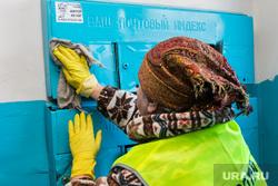 Дезинфекция подъездов в многоквартирном доме. Курган, уборщица, уборка помещения, руки в перчатках, дезинфекция подъездов