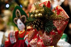 Подготовка к Рождеству Христову в Ново-Тихвинском женском монастыре. Екатеринбург, новогодние украшения, рождество, шишка, елочная игрушка, новый год, новогодние игрушки