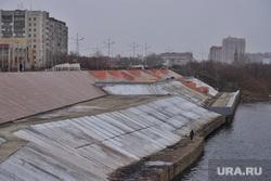 Укладка асфальта в снег на набережной Тобола. Курган , снег, ремонтные работы, набережная, набережная тобола, плохая погода, рабочие, дождь, благоустройство набережной