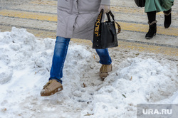 Снегопад. Челябинск, сугроб, пешеход, пешеходный переход в снегу, снегопад