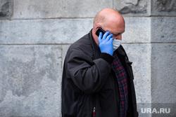 Екатеринбург во время пандемии коронавируса COVID-19, перчатки, медицинская маска, защитная маска, разговаривает по телефону, екатеринбург , маска на лицо, масочный режим, covid-19, covid19, коронавирус, пандемия коронавируса