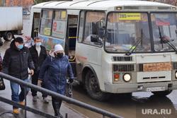 Город.  Курган, автобус, люди в масках, пассажиры, масочный режим